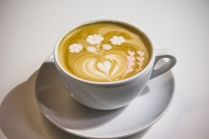 Cappucino_with_coloured_latte_art